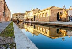 Refleje el canal Comacchio Ferrara Emilia Romagna del edificio poco v imagen de archivo