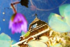 Refleje la imagen del chaingria de oro del pagpda Imagen de archivo libre de regalías