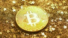 Reflejo de luz macro en el modelo Belonging de Bitcoin a la moneda almacen de metraje de vídeo