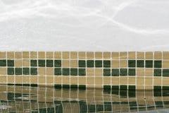 Reflejo del agua en una pared de la piscina Fotos de archivo libres de regalías