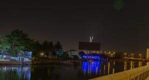 Reflejos de luz en The Creek en Lagos Nigeria en la noche fotos de archivo