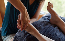 Refleksologii stopy terapeuta obrazy stock