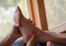 Refleksologii stopy traktowanie zdjęcia stock