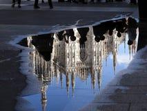 Reflektera av duomoen Milano Royaltyfri Foto