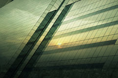 Reflektera av flyg- sikt av cityscape på solnedgången på fönsterexponeringsglas till arkivbilder