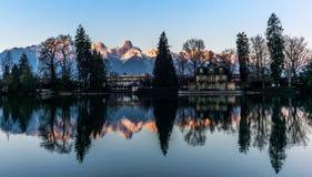 Reflektera för de Jungfrau och Eiger bergen i sjön av Thun FN Schweiz i bakgrunden tidigt på morgonen - 2 royaltyfri foto
