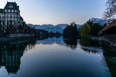 Reflektera för de Jungfrau och Eiger bergen i sjön av Thun FN Schweiz i bakgrunden tidigt på morgonen - 3 fotografering för bildbyråer