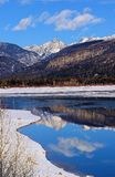 Reflektera i bergen Arkivbilder
