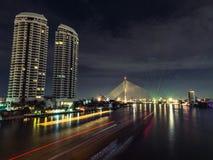 Reflektera ljus för flodnattplatsen Royaltyfri Fotografi
