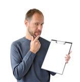 Reflektera mannen i gray med en tablet Arkivfoto
