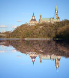 reflekterad kanadensisk parlament Fotografering för Bildbyråer