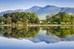 Reflekterad natur, engelskt sjöområde Arkivbilder