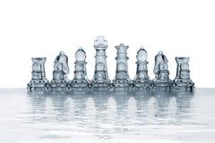 reflekterade schackstycken framförde vatten Royaltyfri Bild