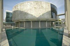 Reflekterande damm framme av Dorothy Chandler Pavilion och musikcentret i i stadens centrum Los Angeles, Kalifornien Royaltyfria Bilder
