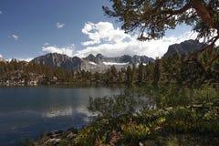 Reflekterande isolerad bergsjö Royaltyfri Foto
