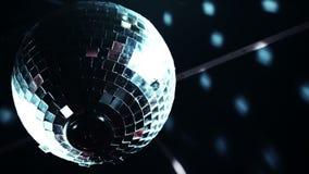 Reflekterande ljus för Discoball mirrorballsnurr in i en klubbamötesplats stock video