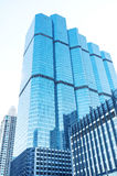 reflekterande modernt kontor för blåa byggnader Arkivbild