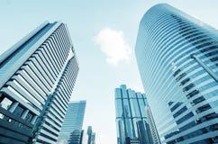 reflekterande modernt kontor för blåa byggnader arkivfoto