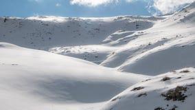 Reflekterande snöig bakgrunder, dyn och kullar Arkivbild
