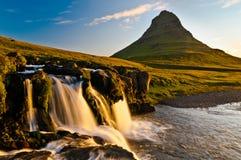 Reflekterande solnedgång för vattenfall Arkivbilder
