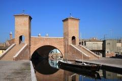 Reflekterande Trepponti bro i Comacchio, Italien Arkivbild