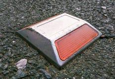 Reflekterande vägmarkörer för huvudväg Arkivfoton