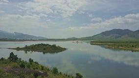 Reflekterar den stora sjön för den flyg- sikten med liten öhimmel i vatten lager videofilmer