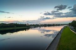 Reflekterar glansig yttersida för spegeln av Volgaet River dramatisk solnedgånghimmel Stad av Tver, Ryssland Fotografering för Bildbyråer