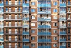 Reflekterar modern byggnad för den höga löneförhöjningen ljus på solnedgången Arkivfoton
