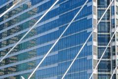 Reflekterat i fönster av modern kontorsbyggnad Arkivbild