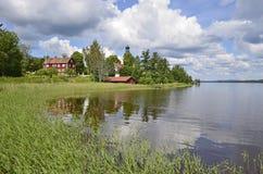 reflekterat sceniskt för hus lake royaltyfri fotografi