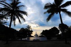 reflekterat skyvatten för strand blå klar gryning royaltyfria bilder