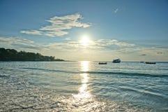 reflekterat skyvatten för strand blå klar gryning Arkivbild