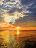 Reflekterat solljus på havet i skymningen Fotografering för Bildbyråer