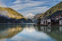 Reflektieren im See mit Bergen stockbild