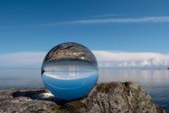 Reflektieren Sie sich in der Glaskugel Stockfoto
