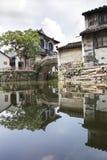 Reflektieren Sie sich vom Altbau in der Wasser-Stadt Hangzhous Wuzhen, Zhejiang Lizenzfreies Stockfoto
