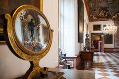 Reflektieren Sie sich vom Spiegel im Palast in Salzburg, Österreich stockfotos