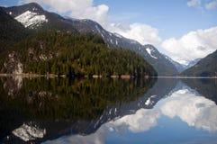 Reflektierende Berge, indischer Arm, Britisch-Columbia Lizenzfreies Stockfoto