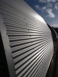 Reflektierende gewölbte Metalleinschließung auf Cardiff-Bucht-Damm Lizenzfreie Stockfotografie