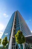 Reflektierende GlasBürogebäude gegen blauen Himmel Stockfotografie