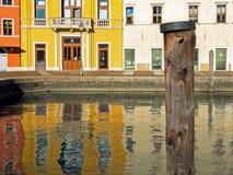 Reflektierende Häuser in Riva del Garda Stockfotografie