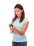 Reflektierende lateinische Dame, die eine Mitteilung sendet Stockbild