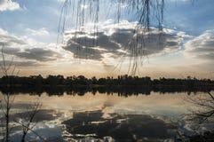 Reflektierende Schönheit des Sees des Himmels Stockfoto