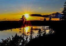Reflektierende Sonnenstrahlen auf großem See stockfotografie