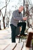 Reflektierender älterer Mann hören Musik stockbilder