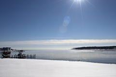 Reflektierender bedecktes Ufer des Winters Schnee Stockfoto
