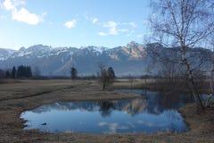 Reflektierender Berg und Himmel des winter Sees Stockfotos
