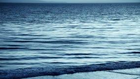 Reflektierender dunkler Ozean stock video