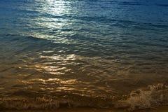 Reflektierender heller Hintergrund des Sonnenaufgangs Morgen in dem Meer schön Stockbilder